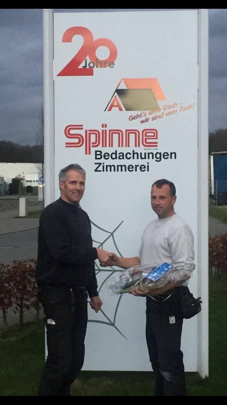 Zum 20. Dienstjubiläum gratuliert Firmeninhaber Alfred Spinne, (li.) Maik Hilge(re.)